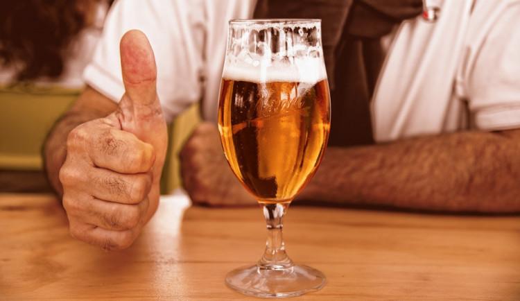 Muž vzal v restauraci náhodné hosty na panáky alkoholu, na zaplacení útraty neměl peníze