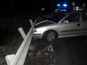 FOTO: I přes zákaz řídila automobil a ujížděla policejní hlídce, jízdu ukončil až náraz do svodidel