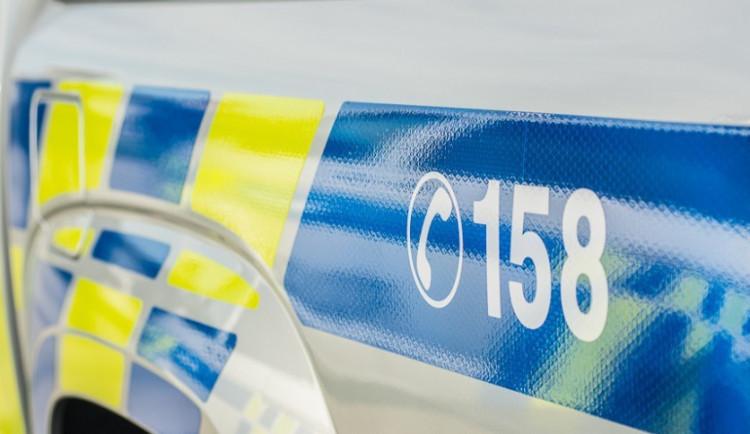 Zloděj z auta ukradl mobil i s nabíječkou, škodu policisté vyčíslili na osm tisíc