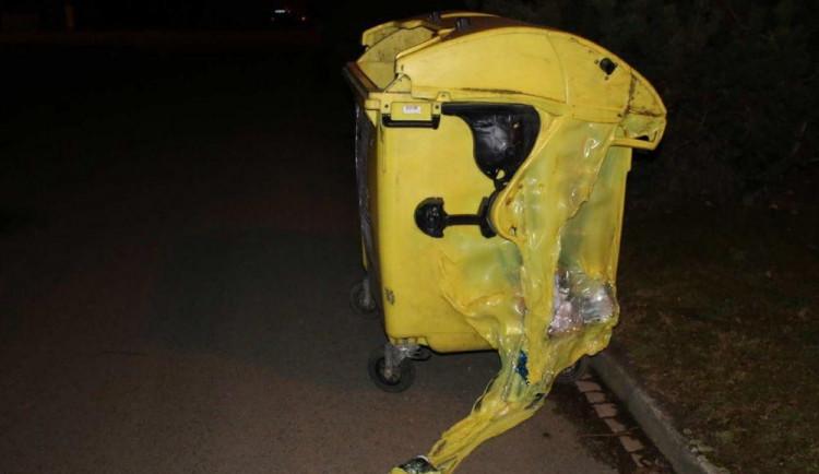 Žhář v Prostějově zapálil popelnice na tříděný odpad. Dvě z nich zcela shořely