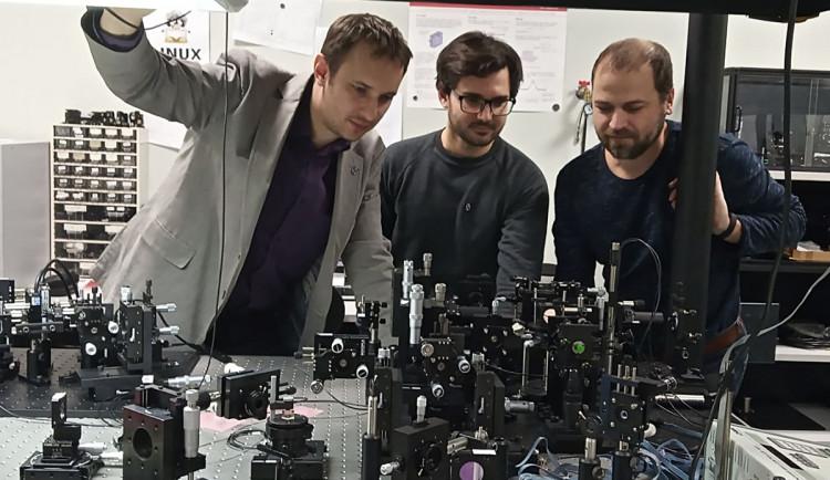 Odborníkům z olomoucké přírodovědy a fyzikálního ústavu se podařilo sestrojit unikátní kvantové pravítko