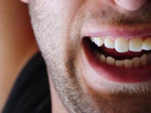 Muže před jeho vlastním domem obvinila dvacítka osob, že jim snědl příbuznou