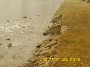 Dvojice hochů si krátila dlouhou chvíli vylamováním kamenů z hráze rybníka