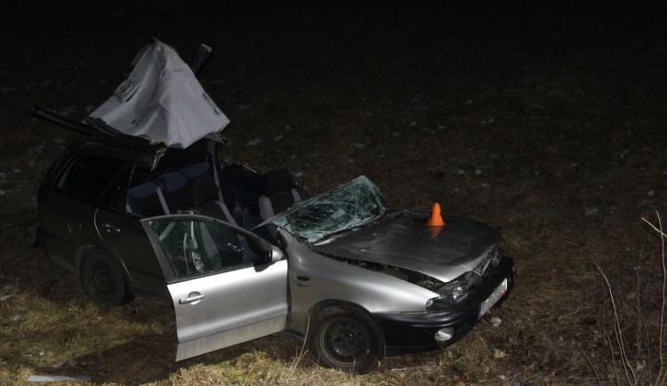 FOTO: Dvaadvacetiletá řidička nezvládla zatáčku, s autem narazila do stromu a skončila v poli