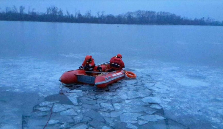 FOTO: Hasiči zachraňovali v jednom z tovačovských rybníků srnku, propadl se pod ní led