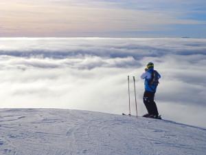 Na jesenických sjezdovkách se o víkendu lyžovalo nad mraky, byla inverze. Záchranáři měli ale napilno