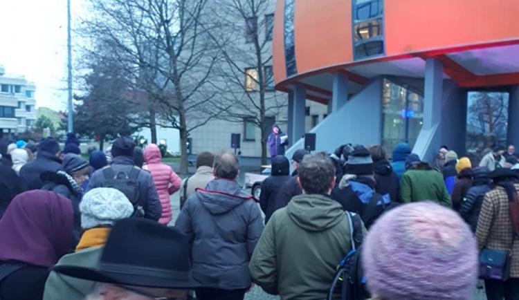 Lidé včera před krajským úřadem v Olomouci protestovali proti záboru půdy u Hněvotína