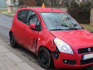 Při řízení nezvládla zatáčku a poškodila auto i zábradlí