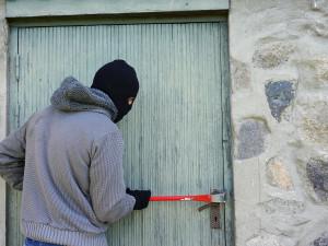 Mladík ze Šumperska se v neděli vloupal vlastní matce do bytu, ve kterém později usnul