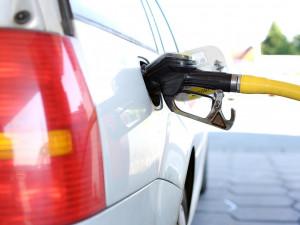 Zloděj ukradl benzín za čtyři stovky. Škoda na poničené nádrži je ale třicetinásobná