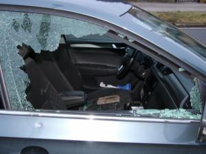 Neznámý lupič vykradl auto na Olomoucku, hrozí mu až pět let ve vězení