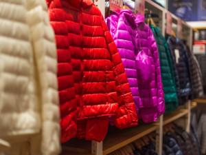V nákupní galerii v Olomouci chtěly dívky odcizit z obchodu bundy