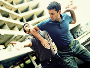 Muži nacvičovali bojové umění na ulici