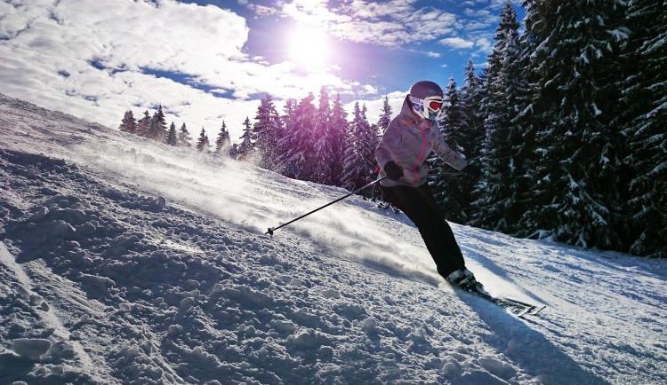Helmu si při lyžování nasazuje sedm z deseti Čechů, ukázal průzkum