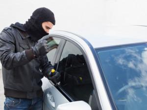 Zloději během víkendu odcizili ze zavřených aut cestovní kufr nebo multifunkční volant