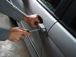 Zloděj vykradl auto na parkovišti. Přilákala ho taška na zadním sedadle