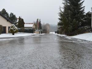 Ledovka komplikuje  během ranních hodin situaci na silnicích