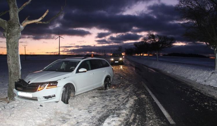 FOTO: Řidič dostal se svým autem na zasněžené silnici smyk a skončil ve stromu