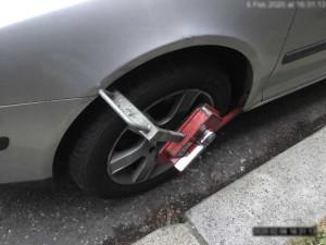 Řidiči se snaží rozjet s nasazenou botičkou na autě, všechny pokusy jsou neúspěšné