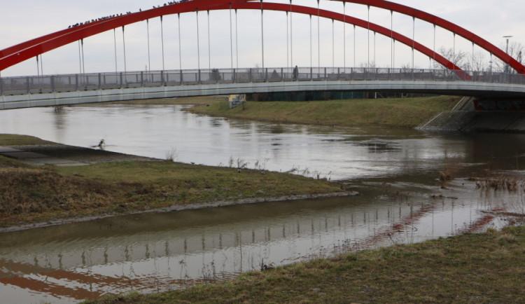 Hladina řeky Moravy po dosažení svého maxima klesá