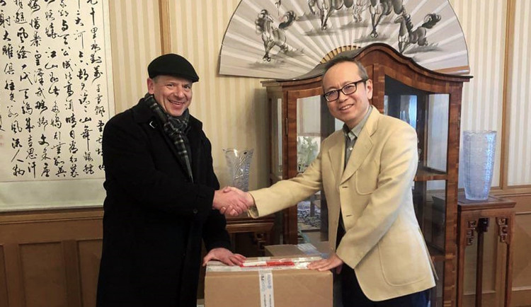 Univerzita Palackého posílá do Číny tisíc respirátorů