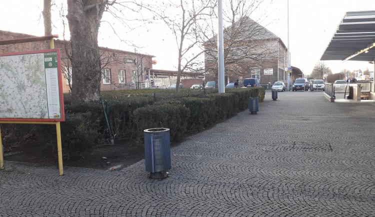 Město nechalo odstranit lavičky v prostoru přednádraží. Sedávali na nich převážně bezdomovci