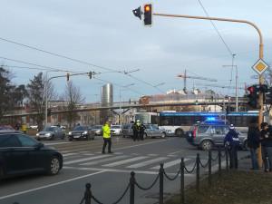 FOTO: Při požáru a evakuaci návštěvníků se u Šantovky střetlo osobní auto s policejním