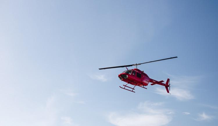 Dva vrtulníky letěly do Karlova pro těžce zraněného běžkaře a lyžaře.