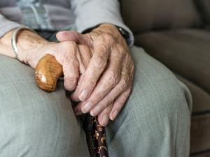 Příbuzná odmítla financovat svého vnuka. Ten jí vytrhl tašku z ruky a utekl