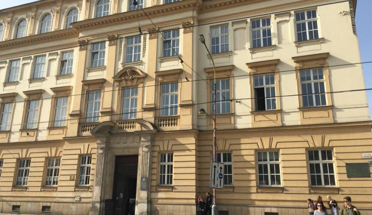 Opravovanou budovu filozofické fakulty museli evakuovat kvůli podezřelým lahvím