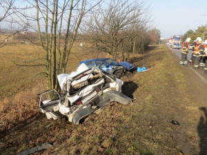 Řidič velkou rychlostí narazil do auta seniorů, kteří utrpěli vážná zranění