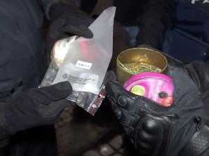 FOTO: Při bezpečnostní akci zaměřené na držení drog policisté a celníci přistihli téměř čtyřicet osob
