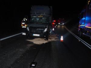 Řidič narazil do návěsu se dřevem. Vyvázl jen s lehkým zraněním