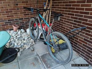 Muž ukradl kolo a ujížděl na něm před majitelem a poté i před strážníky