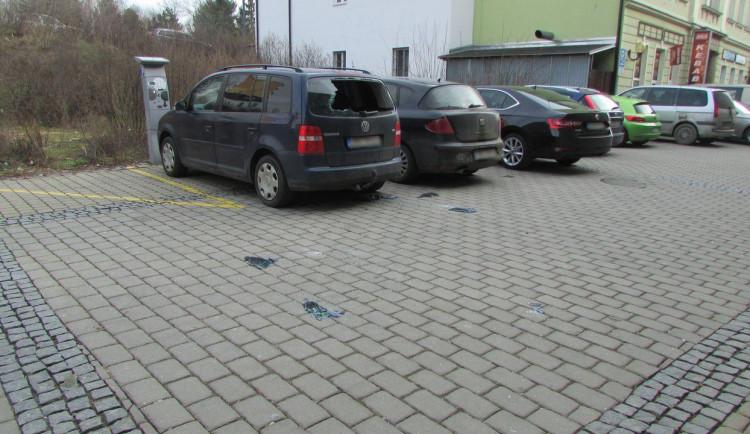 Opilý mladík v Šumperku poškozoval zaparkovaná auta a napadl policistu