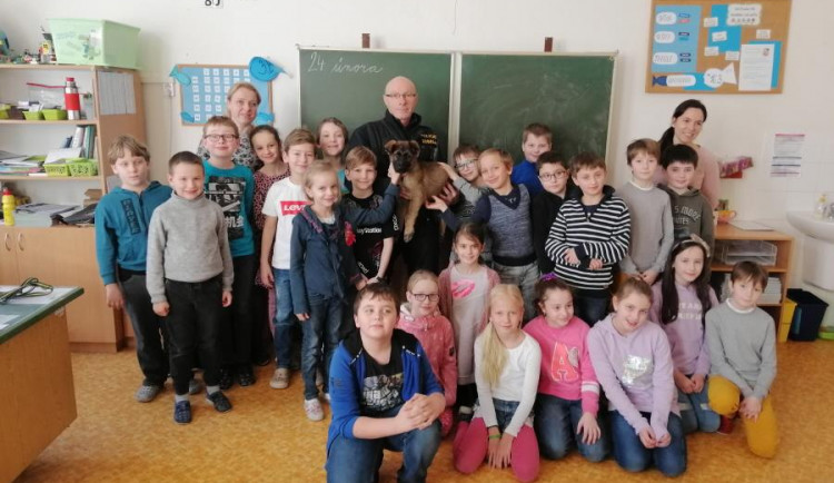 FOTO: Olomoucké prvňáky navštívil nováček z policejní smečky