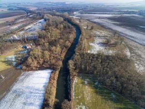 Povodí Moravy začalo upravovat koryto Bečvy na Přerovsku