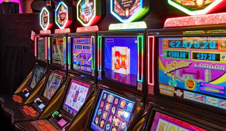 Hazardér rozbil monitor výherního automatu