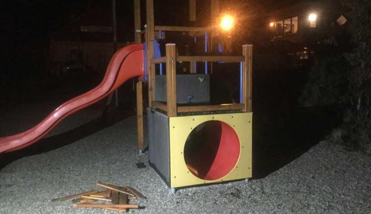 Vandal zdemoloval dětské hřiště na Svatém Kopečku