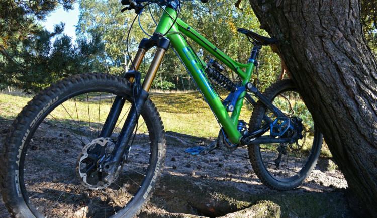 Zloděj ukradl horská kola za bezmála devadesát tisíc