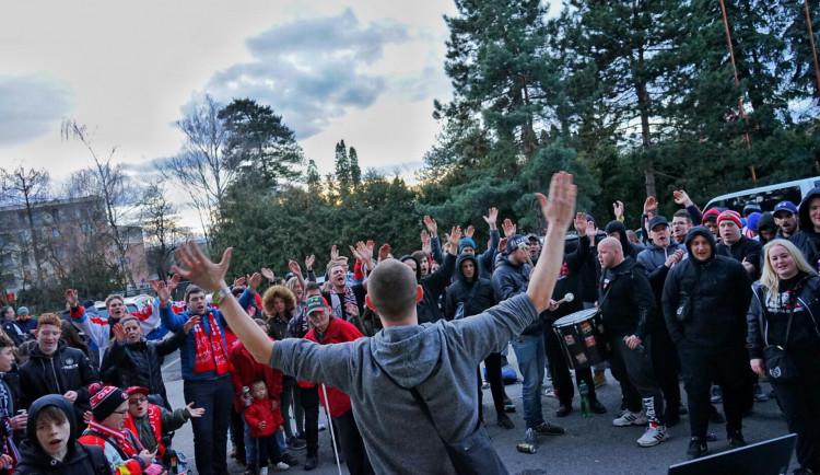 FOTO: Na hokej nemohli, i přesto přišli. Fanoušci Mory fandili u obrazovek před stadionem