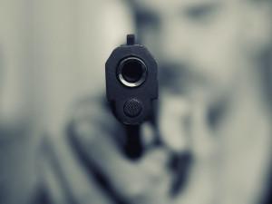 Nemohl si zapálit v taxíku, a tak vytáhl pistoli