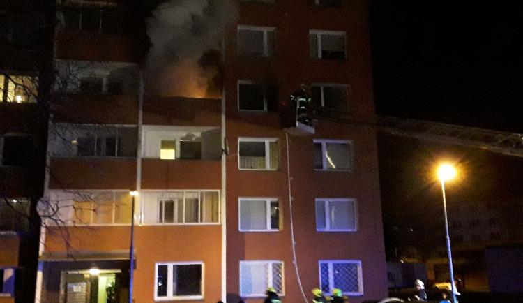 Hasiči v noci zachránili člověka z hořícího domu v Uničově a evakuovali 40 lidí