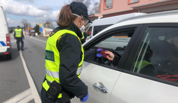 Celé Česko je v karanténě. Vláda zakazuje volný pohyb, do práce a na nákupy lidé mohou