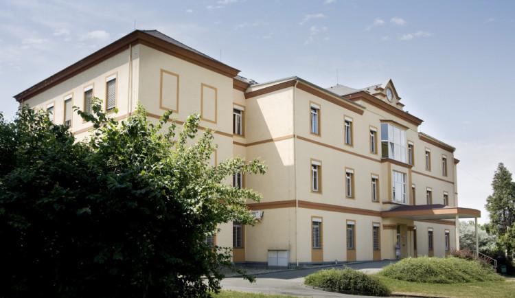 Šternberská nemocnice omezuje vstup do areálu a odkládá operace