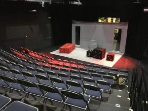 Divadlo Tramtarie šije desítky roušek denně, nyní však formou sbírky žádají o pomoc veřejnost