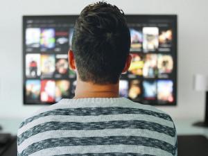 Co dělat v karanténě? Podívejte se na seznam legálních možností, jak si udělat kino doma