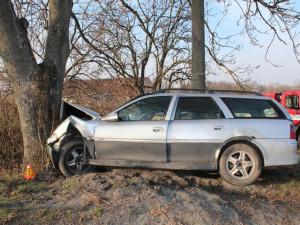 Řidič se zákazem řízení boural v Lipině do stromu