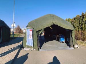 Prostějovská nemocnice má ve svém areálu nové odběrové místo. Postavili jej vojáci