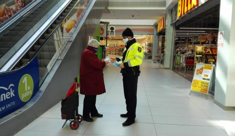 Přerovští strážnici předávají roušky seniorům